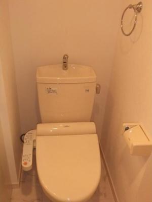 カーサ ブルーノの落ち着いた色調のトイレです☆