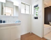◆もちろんシャンプードレッサー!3面鏡で使い勝手良いです♪吊戸棚付き♪下の収納も大容量、ご家族分の小物もしっかり収納!