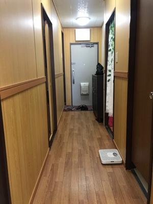 廊下は木製の腰壁にリフォームしています。