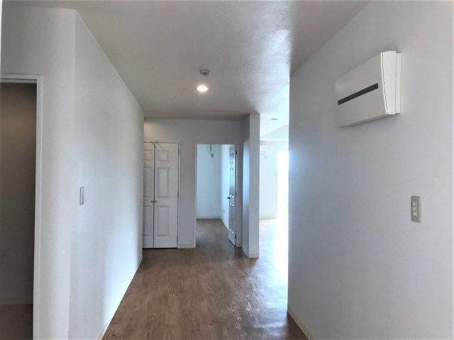 玄関から寝室に続く廊下の様子