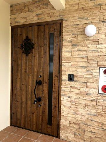木のぬくもりが温かい玄関ドア