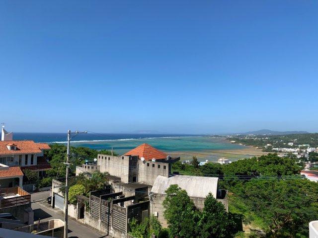 3Fバルコニーからの景観、昼間はエメラルドブルーに輝く海を眺める絶景を独占できます