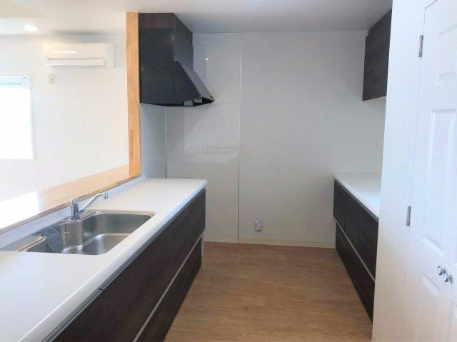 キッチンのレンジフード下には、コンセントとガスが通っているため、ガス・電気両方のコンロを設置することが可能