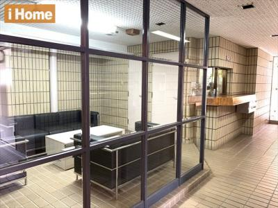 エントランスホールには、オシャレなソファがございます。 ちょっとした来客のときなど便利ですね。