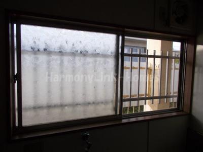 ブラウンハウスの窓(キッチン側)