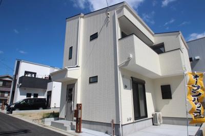◎大阪市立東井高野小学校までまで徒歩3分!お子様の通学が安心ですね♪ ◎広々のカースペースで駐車しやすいですね♪ ◎閑静な住宅街で穏やかな新生活がおくれますね♪