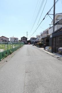 前面道路の写真です。物件は右側です。2019年6月13日12:30頃撮影。