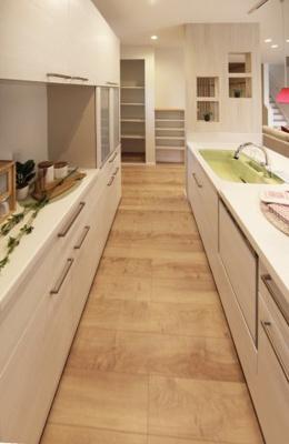 リビングからキッチンを見るとこんな感じです!手元がカウンターで隠れるのですっきり見えますね!当社施工例です!