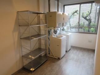 共用のランドリースペースがご利用頂けます。室内にも洗濯機は設置できますが、乾燥機だけでも利用できるのは便利です。