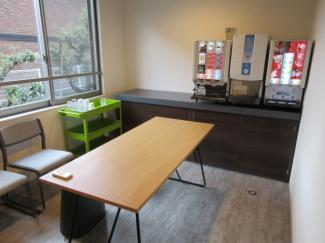 共用のロビースペースです。勉強やミーティングなど多目的にご利用頂けます。フリーのドリンクバーもご利用可能です。