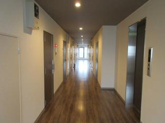 エレベーターから共用廊下に出たところです。