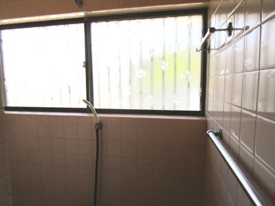 シャワールーム バスタブありますが小さいです・・・