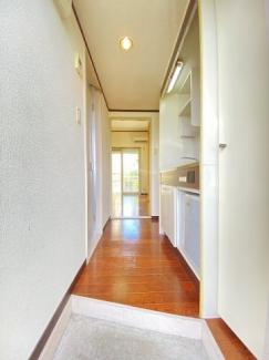 玄関から室内への景観です!キッチンの奥に洋室6.5帖のお部屋があります♪
