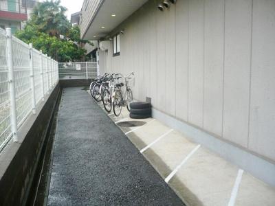 屋根付きの駐輪場があるので雨が降っても大切な自転車が濡れません☆自転車はちょっとした移動手段に便利ですよね!