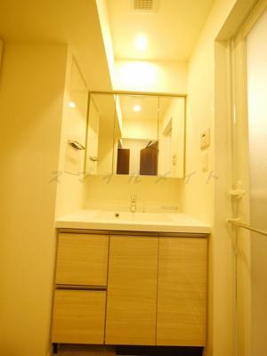 三面鏡の綺麗な独立洗面所です。