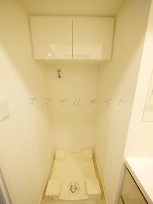 室内洗濯機置き場。上部に収納もあります。