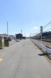 前面道路を反対側から撮影した写真です。物件は左側です。2019年6月14日12:30頃撮影。