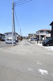 物件の東側道路の写真です。南側から撮影しています。物件は左側です。2019年6月14日12:30頃撮影。