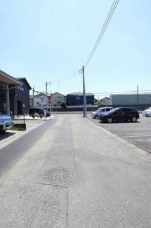 物件の東側道路の写真です。北側から撮影しています。物件は右側です。2019年6月14日12:30頃撮影。