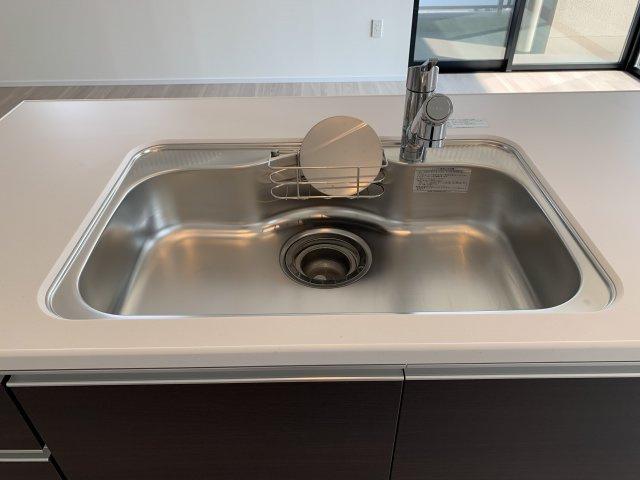広々シンク。浄水器一体型水栓採用なので、カートリッジを差し込むだけで浄水を手軽にご利用いただけます