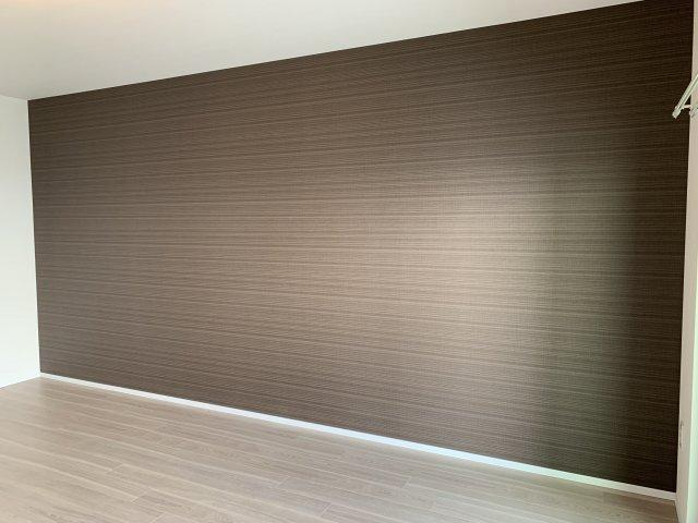 主寝室の壁は一面アクセントクロスで落ち着きの空間を演出