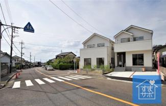 1号棟 現地(2019年8月)撮影 1号棟は西南角地♪ 前面道路は西側幅員約6.0mと東側幅員約12.0mの公道。
