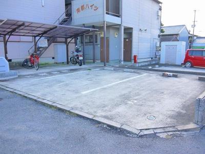 敷地内に駐車場もあります(契約必要)