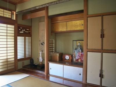 1階和室。仏間・床の間や地袋・天袋収納などもございます。