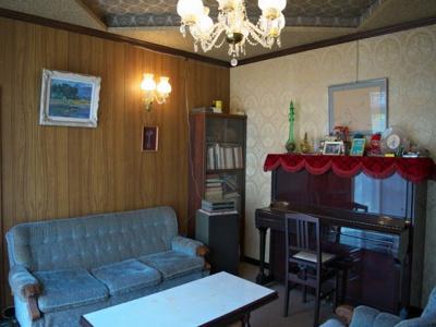 1階洋室。折り上げ天井にシャンデリアなどこだわられている洋室スペースです。来客の際にも利用していただけるお部屋です。