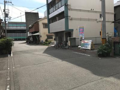 前面道路写真です。 前道が広いと車庫入れも楽々♪