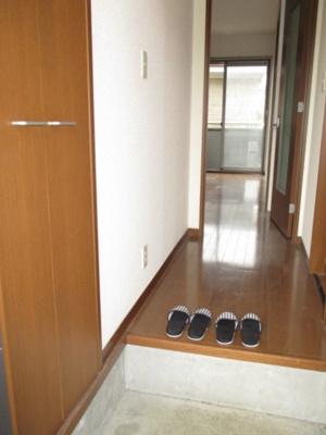 玄関から室内への景観です!廊下の扉を開けるとリビングダイニングキッチンがあります♪