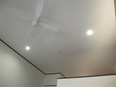 シーリングファンで風を 天井が高く床から約3.7M 解放感がありますね