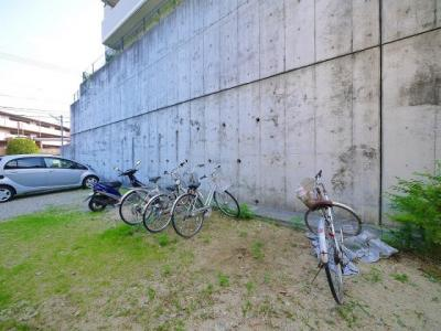 開放的な自転車置き場が有ります