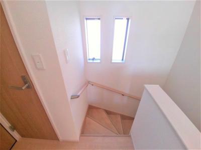 手すり付き窓のある階段
