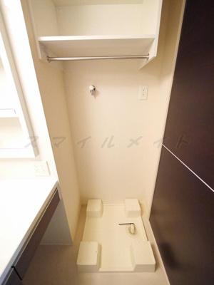 室内洗濯機置き場・上部に収納が付いています。