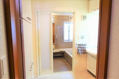 明るくゆったりとした洗面室 洗濯機置き場も有ります♪