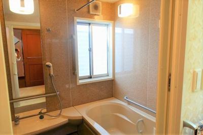 浴室にも窓が有り、換気も良好♪