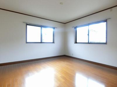 2階・二面採光洋室9.5帖のお部屋です!寝室や子供部屋などに最適♪ベッドを置いても十分広さがあります☆