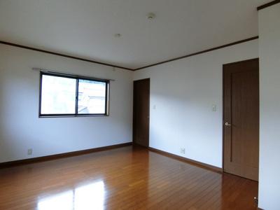 2階・納戸のある洋室9.5帖のお部屋です♪荷物をたっぷり収納できてお部屋がすっきり片付きます!