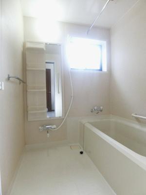 追い焚き機能・浴室暖房乾燥機付きバスルームです♪物干しバーも付いているので雨の日のお洗濯も安心ですね☆窓があるので湿気対策OK!