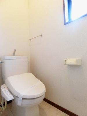 1階・人気のシャワートイレ・バストイレ別!窓のあるトイレで換気もOK☆横にはタオルを掛けられるハンガーもあります♪