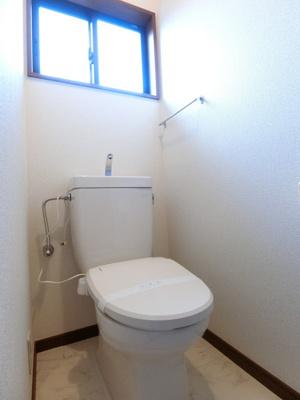 2階のトイレは冬に嬉しい暖房便座機能を完備☆1階・2階両方にトイレがあるのが便利ですよね♪