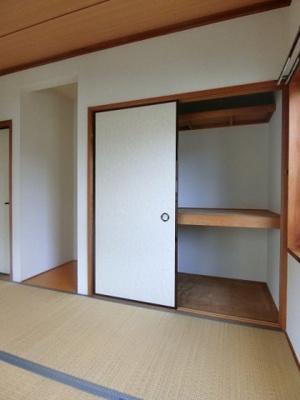 1階・和室6帖のお部屋にある押入れです!押入れは寝具など、かさ張りやすいものの収納にぴったり☆お部屋がすっきり片付きます♪