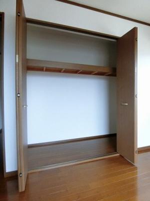 2階・洋室6帖のお部屋にある収納スペースです♪お荷物が多くてもキレイに収納できちゃいます!