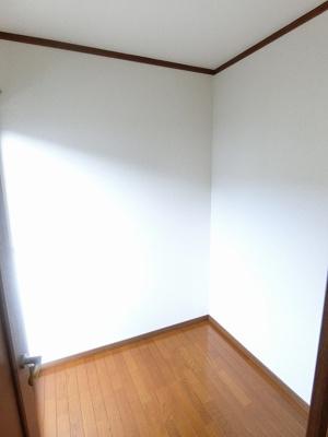 2階・洋室9.5帖のお部屋にある2帖の納戸です!ストーブや扇風機など季節ものも収納できます☆ 窓からバルコニーに出られます♪