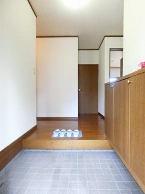 シューズボックスがあるので玄関がすっきり片付きます♪上に写真やかわいい小物を置けるので、玄関を華やかに飾れますね♪