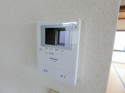 防犯対策に有効なカメラ付インターホン完備♪録画機能が付いているので留守中の訪問者まで確認できます♪一人のお留守番でも安心ですね!