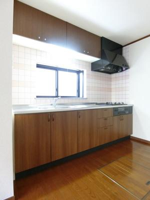 3口ガスコンロ/グリル付きシステムキッチンです☆窓があるので換気もOK♪場所を取るお鍋やお皿もたっぷり収納できてお料理がはかどります!便利な床下収納も完備しています☆