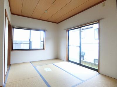 1階・専用庭に繋がる南東向き二面採光6帖の落ち着く和室です!和室は冬場はコタツでほっこり♪夏は意外と涼しくて使い勝手がいいんですよ♪