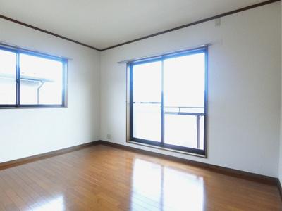 2階・バルコニーに繋がる南東向き二面採光洋室6帖のお部屋です!洋室のお部屋はお掃除もらくらく♪